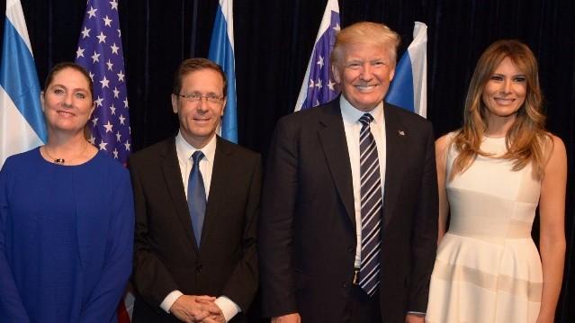 De gauche à droite La 'First Lady' américaine Melania Trump, le président Donald Trump, le chef de l'opposition Isaac Herzog et son épouse Michal Herzog au musée d'Israël à Jérusalem (Crédit : Haim Zach/GPO)