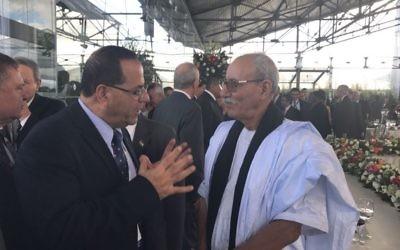 Ayoub Kara, à gauche, ministre du Likud, avec le Premier ministre de la République arabe sahraouie démocratique, Abdelkader Taleb Omaren Equateur, le 24 mai 2017. (Crédit : autorisation)