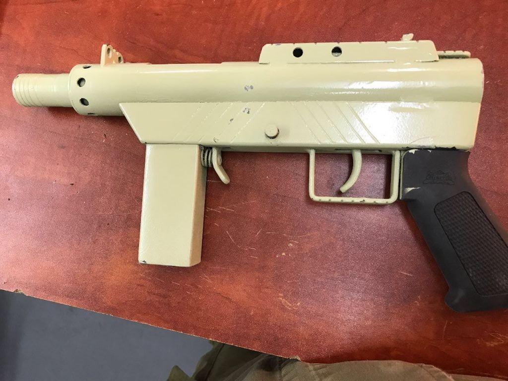 Un fusil artisanal de type Carlo qui aurait été utilisé pour une attaque contre des soldats israéliens en Cisjordanie, le 29 avril 2017. (Crédit : Shin Bet)