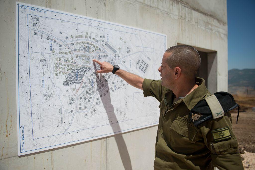 Le général de brigade Einav Shalev, qui dirige la division des forces terrestres, montre le plan d'un nouveau centre d'entraînement à la guerre urbaine qui simule un village libanais, dans le nord d'Israël, le 29 mai 2017. (Crédit : unité des porte-paroles de l'armée israélienne)