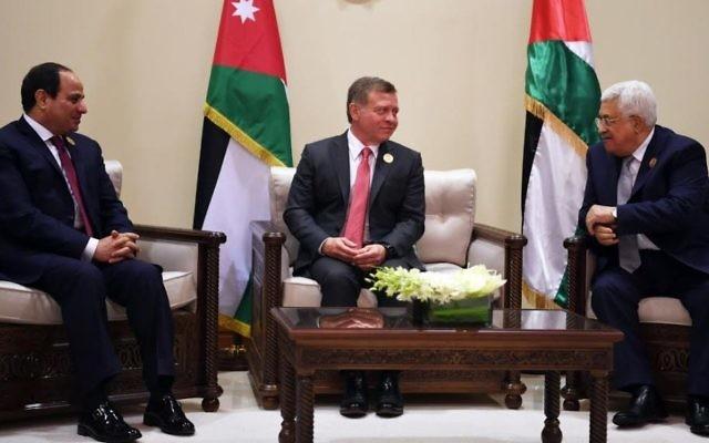 En marge du 28ème sommet de la ligue arabe, le 29 mars 2017, le président de l'Autorité palestinienne Mahmoud Abbas (à doite) rencontre le roi Abdullah II de Jordanie (au centre) et le président égyptien Abdel-Fattah el-Sissi. (Crédit : Wafa/Thaer Ghnaim)