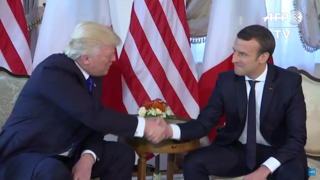 Poignée de main entre le président américain Donald Trump et son homologue français Emmanuel Macron, à Bruxelles, le 25 mai 2017. (Crédit : capture d'écran YouTube/AFP TV)