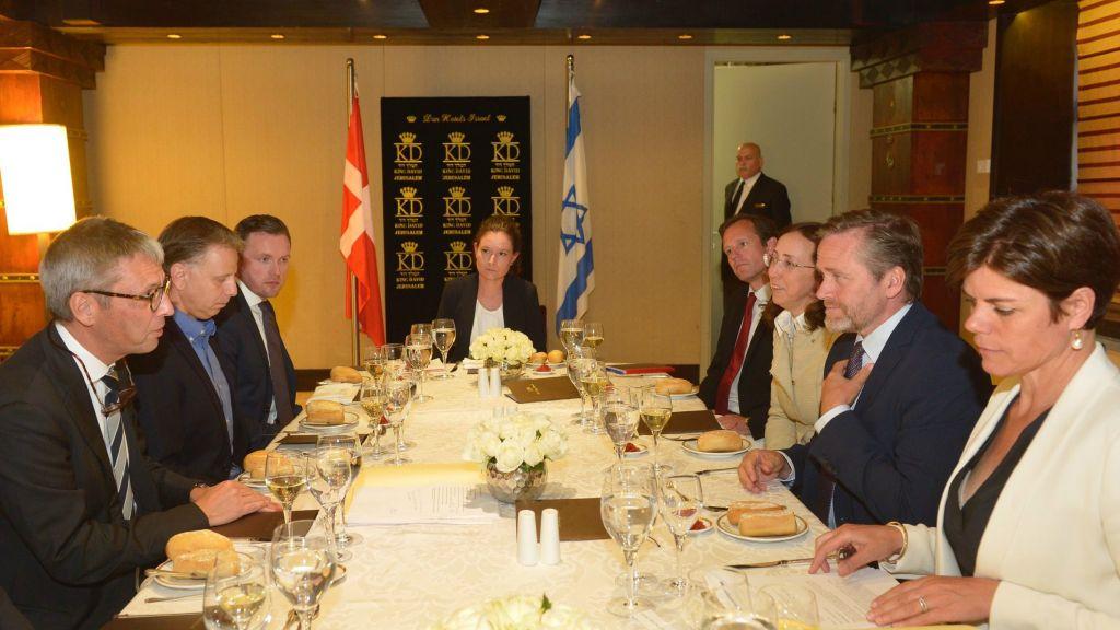 Anders Samuelsen, deuxième à partir de la droite, sur le côté droit de la table, ministre danois des Affaires étrangères, rencontre les représentants de l'industrie du high-tech israélien, à Jérusalem. Il est en face de l'ambassadeur danois en Israël Jesper Vahr, et l'ambassadrice entrante Charlotte Slente est à sa gauche. (Crédit : Yossi Zwecker)