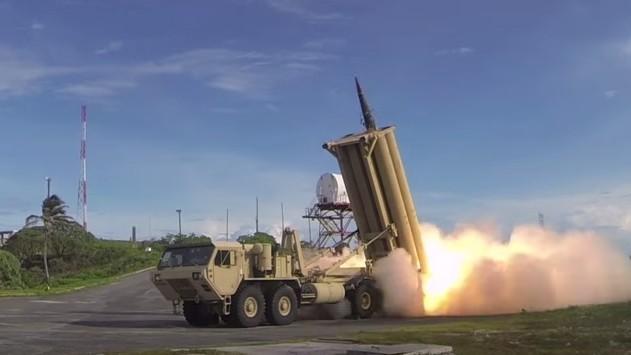 Un système de défense par intercepteur THAAD américain durant un test de lancement (Capture d'écran : YouTube)