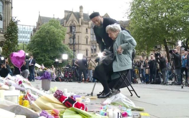 Renee Black et Sadiq Patel rendent hommage aux victimes de l'attentat terroriste de Manchester, le 24 mai 2017 (Capture d'écran : YouTube)