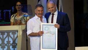 Le ministre de l'Education Naftali Bennett aux côtés du lauréat du Prix d'Israël David Beeri lors de la cérémonie organisée au centre de conférences international de Jérusalem, le 2 mai 2017 (Crédit : Yonatan Sindel/Flash90)