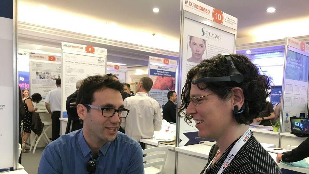 Des participants à la conférence MIXiii BIOMED testent la technologie de BrainMARC, à Tel Aviv en mai 2017 (Crédit : Shoshanna Solomon/Times of Israel)