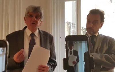 Les avocats Buchinger (d) et Kaminsky communiquant à la presse les éléments concernant le meurtre de Sarah Halimi, le 22 mai 2017 (crédit: capture d'écran Twitter/Jonathan_RTfr)