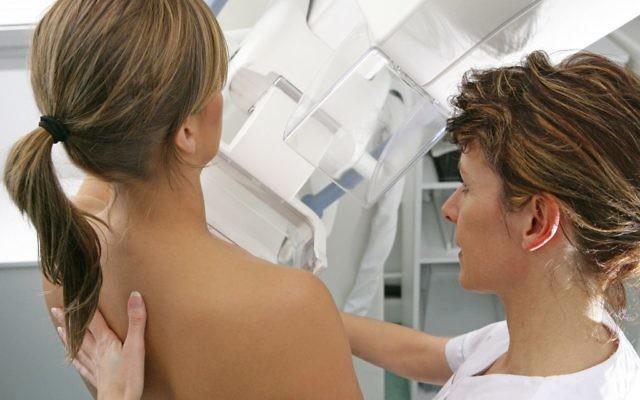 Photo d'illustration d'une palpation mammaire (Crédit : Media for Medical/UIG via Getty Images)