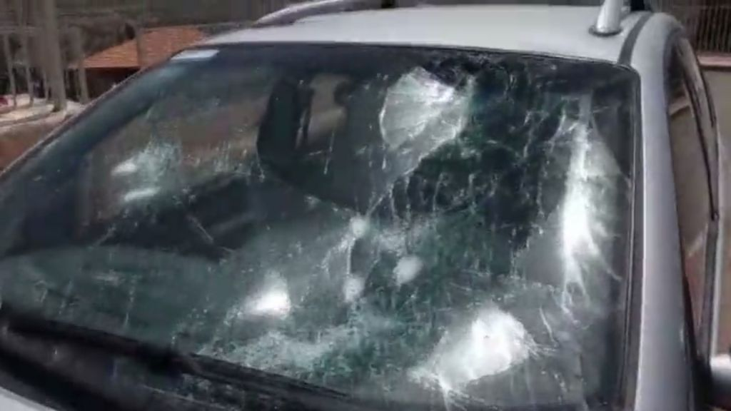 Le brise-brise d'une voiture d'un résident d'une implantation israélienne attaquée par des lanceurs de pierre palestiniens à Hawara, en Cisjordanie, le 18 mai 2017 (Crédit : Capture d'écran Ynet)