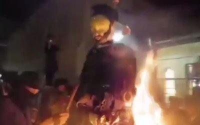 Des Juifs ultra-orthodoxes mettent le feu à l'effigie d'un soldat israélien pendant les fêtes de Lag BaOmer, dans le quartier Mea Shearim de Jérusalem, le 13 mai 2017. (Crédit : capture d'écran Chaim Goldberg/Channel 2)