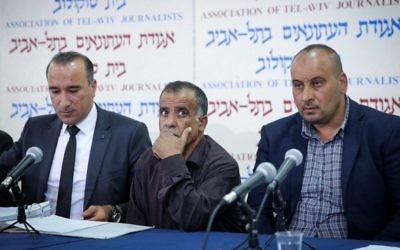 Les membres de la famille Dawabsha lors d'une conférence de presse à Tel Aviv, pour annoncer leur décision d'entamer des poursuites contre l'État d'Israël, le 8 mai 2017. (Crédit : Flash90)