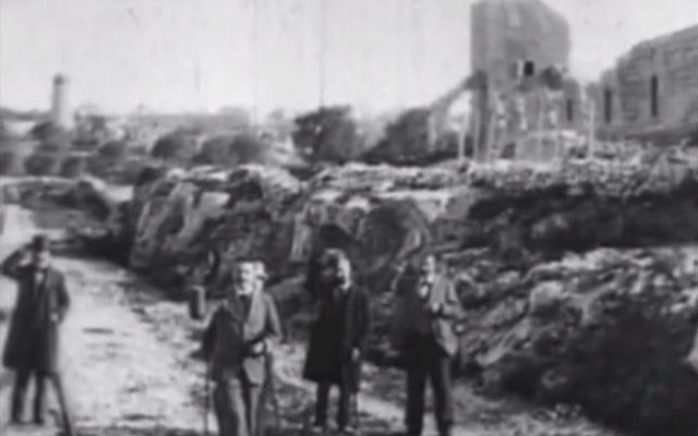 """""""La sortie de Jérusalem en train"""", une séquence tournée par Alexandre Promio, dépêché en Palestine par les frères Lumière (Crédit: capture d'écran Akadem)"""