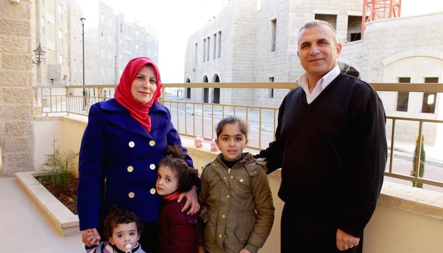 Basim Dodin, à droite, et son épouse Asma ont été parmi les premiers habitants palestiniens de Rawabi. (Crédit : Yardena Schwartz/JTA)