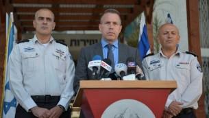 Le ministre de la Sécurité intérieure Gilad Erdan lors d'une conférence de presse à Tel Aviv sur la grève de la faim des détenus palestiniens, le 7 mai 2017. (Crédit : Flash90)