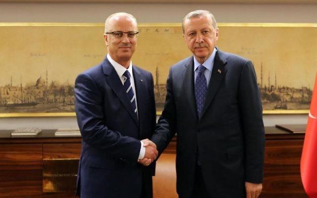 Rami Hamdallah, à gauche, Premier ministre de l'Autorité palestinienne, avec le président turc Recep Tayyip Erdogan à Istanbul, le 8 mai 2017. (Crédit : Wafa)