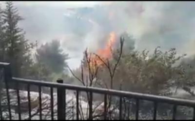Incendie à proximité de l'implantation d'Alfei Menashe, en Cisjordanie, le 9 mai 2017. (Crédit : Capture d'écran Hotnews via Twitter)