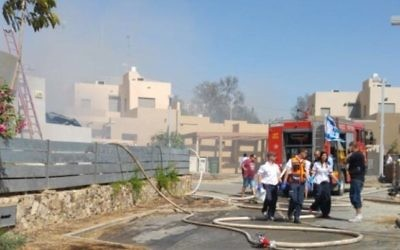 Les pompiers sur les lieux d'un incendie dans lequel un couple est mort à Arad, dans le sud d'Israël, le 15 mai 2017. (Crédit : Magen David Adom)