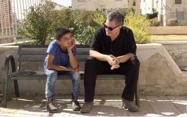 Amos Gitaï tente de comprendre pourquoi ce garçon espère mourir en martyr (Capture d'écran Youtube/ Extrait de A l'ouest du Jourdain)