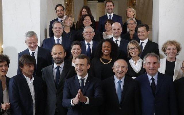 Photo de famille du nouveau gouvernement, avec Emmanuel Macron et Edouard Philippe, après le premier conseil des ministres à l'Élysée, à Paris, le 18 mai 2017. (Crédit : AFP Photo/POOL/ Philippe WOJAZER)