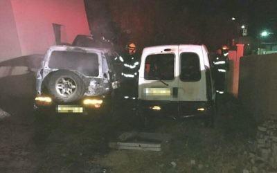 Deux voitures incendiées dans une présumée attaque anti-palestinienne, dans le village d'Ara, au nord d'Israël, le 24 mai 2017. (Crédit : police israélienne)
