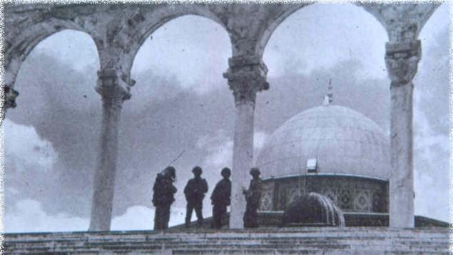 Des soldats israéliens gardent le Dôme du Rocher, site du saint des saints du Temple, durant la guerre des Six jours (Crédit : Institut du Temple)