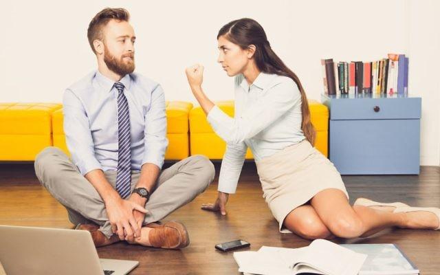 Une femme menaçant son collègue. Illustration. (Crédit : iStock by Getty Images)