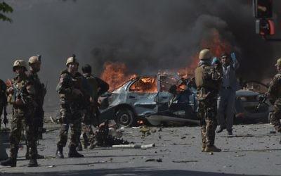 Forces de sécurité afghanes sur le site d'un attentat suicide au camion piégé qui a tué au moins 80 personnes dans le quartier diplomatique de Kaboul, le 31 mai 2017. (Crédit : Shah Marai/AFP)