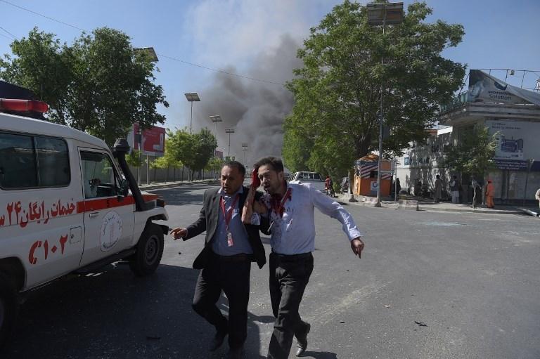 Un Afghan blessé évacué du site d'un attentat suicide au camion piégé qui a tué au moins 80 personnes dans le quartier diplomatique de Kaboul, le 31 mai 2017. (Crédit : Shah Marai/AFP)