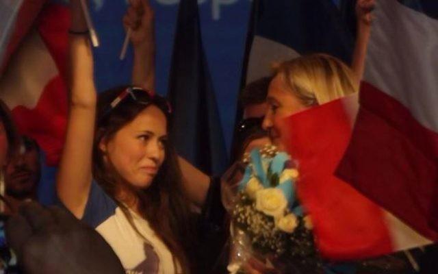 Kelly et Marine Le Pen les yeux dans les yeux lors d'un  meeting (Crédit: capture d'écran Facebook/Kelly Betesh)