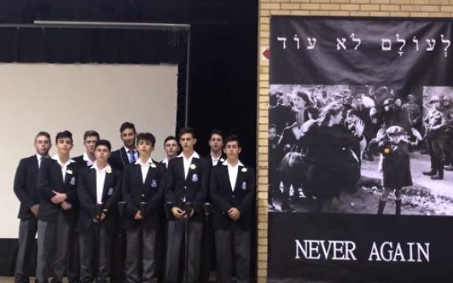 Des élèves de l'école King David Victory Park à Johannesburg, en Afrique du sud, lors d'un événement de la Journée du souvenir de l'Holocauste en 2017. Illustration. (Crédit : capture d'écran Youtube)