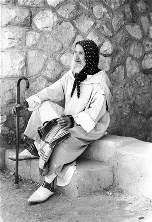 Un visiteur aveugle se repose sur le chemin du mur Occidental, le 17 juin 1967. (Crédit : collection de Dan Hadani/Bibliothèque nationale d'Israël)