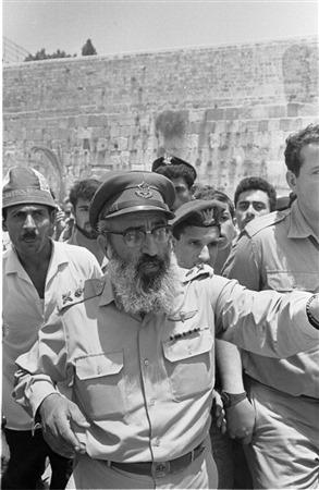 Le grand rabbin de l'armée israélienne, Shlomo Goren, devant le mur Occidental, le 22 juin 1967. (Crédit : collection de Dan Hadani/Bibliothèque nationale d'Israël)