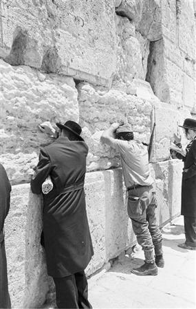 Prière au mur Occidental, le 22 juin 1967. (Crédit : collection de Dan Hadani/Bibliothèque nationale d'Israël)