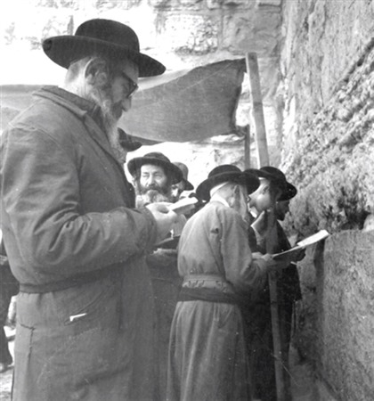 Des fidèles ultra-orthodoxes au mur Occidental, le 17 juin 1967. (Crédit : collection de Dan Hadani/Bibliothèque nationale d'Israël)
