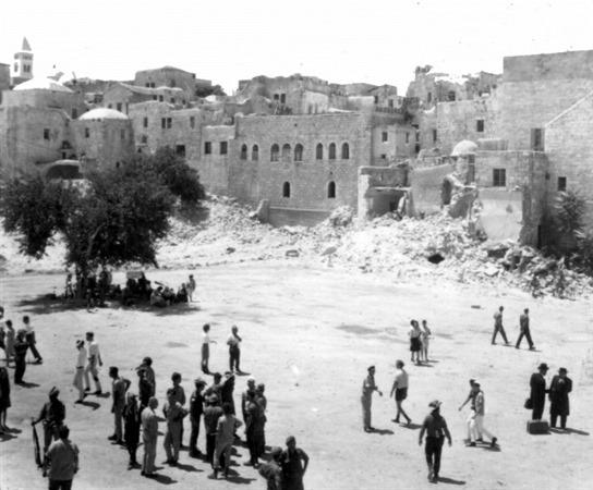 Préparatifs pour la création de la place du mur Occidental, le 17 juin 1967. (Crédit : collection de Dan Hadani/Bibliothèque nationale d'Israël)
