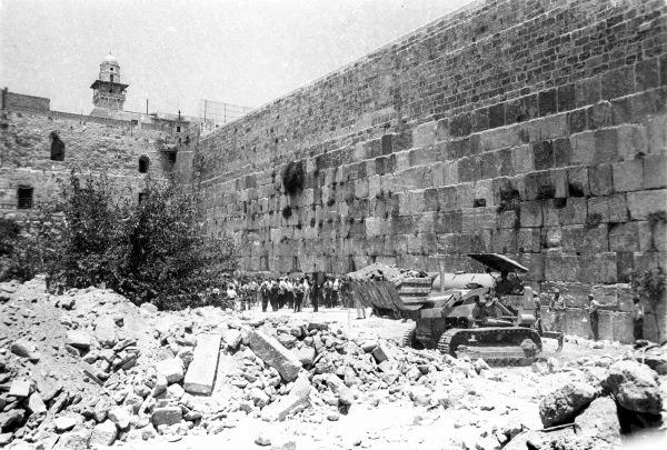 Des bulldozers déblaient les ruines des maisons les plus proches du mur Occidental, le 11 juin 1967. (Crédit : collection de Dan Hadani/Bibliothèque nationale d'Israël)