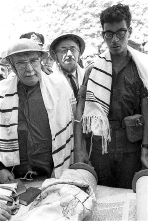 Le président Zalman Shazar assiste à une lecture de la Torah au mur Occidental, le 11 juin 1967. (Crédit : collection de Dan Hadani/Bibliothèque nationale d'Israël)
