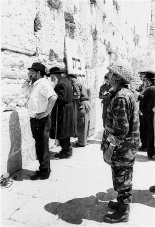 Un soldat prie devant le mur Occidental, le 11 juin 1967. (Crédit : collection de Dan Hadani/Bibliothèque nationale d'Israël)