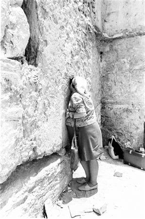 Une femme prie au mur Occidental, le 22 juin 1967. (Crédit : collection de Dan Hadani/Bibliothèque nationale d'Israël)