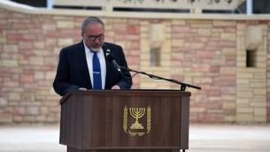 Avigdor Liberman, ministre de la Défense, pendant la cérémonie de Yom HaZikaron au cimetière militaire  Kiryat Shaul de Tel Aviv, le 1er mai 2017. (Crédit : Ariel Harmoni/ministre de la Défense)