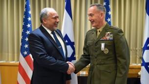 Le ministre de la Défense Avigdor Liberman avec le chef des forces armées américaines, Joseph Dunford, à Tel Aviv, le 9 mai 2017. (Crédit : Ariel Hermoni/ministère de la Défense)