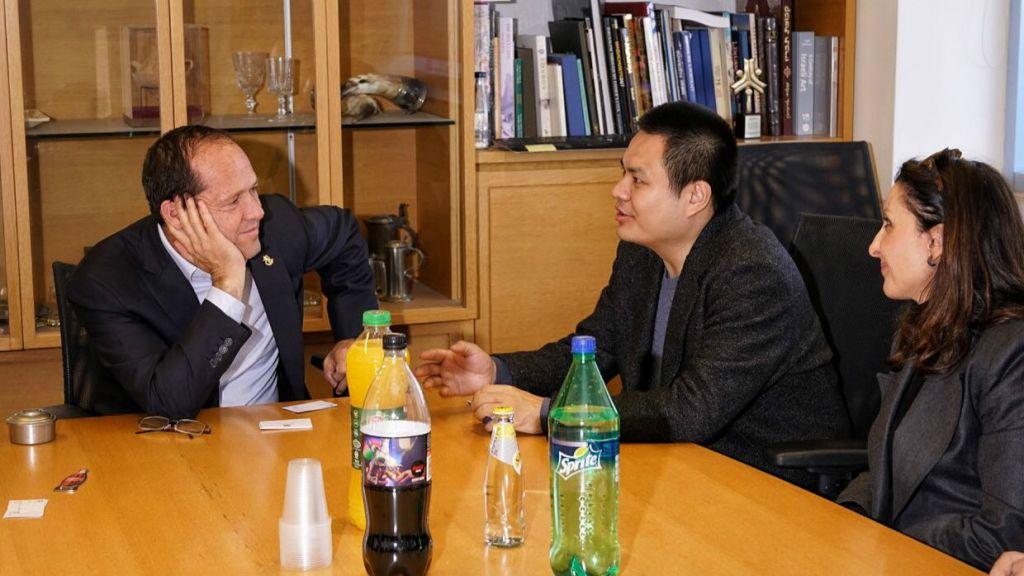 Le docteur Liu Ruopeng, président du groupe chinois Kuang-Chi, au milieu, rencontre le maire de Jérusalem Nir Barkat le 11 janvier 2017 avec la conseillère municipale de la ville de Jérusalem Fleur Hassan-Nahoum, à droite (Crédit : Jordan Polevoy)
