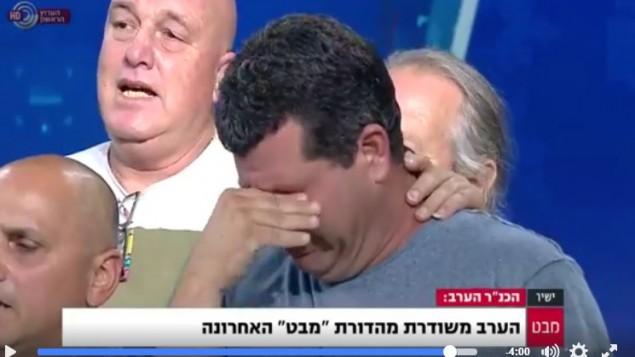 Les employés de « Mabat », sur la Première chaîne, chantent la Hatikvah durant la dernière diffusion, le 9 mai 2017. (Crédit : Capture d'écran/Facebook via Channel 1)