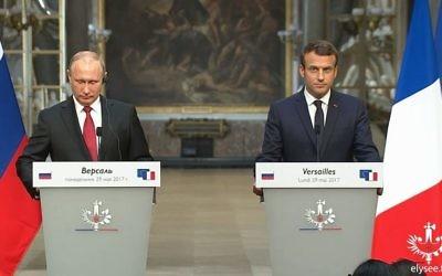 Le président russe Vladimir Poutine, à gauche, et le président français Emmanuel Macron pendant une conférence de presse commune au château de Versailles, le 29 mai 2017. (Crédit : capture d'écran Facebook/Elysée)