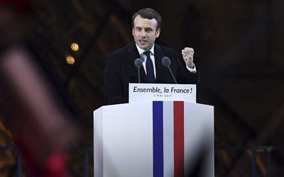 Emmanuel Macron, élu à la présidence de la République française, devant la pyramide du Louvre, le 7 mai 2017. (Crédit : David Ramos/Getty Images)