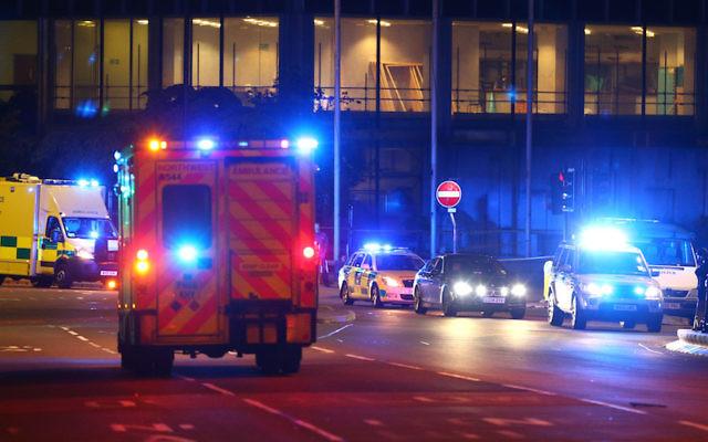 Les services d'urgence arrivent à proximité de l'Arena à Manchester, au Royaume-Uni, le 23 mai 2017 (Crédit : Dave Thompson/Getty Images, via JTA)
