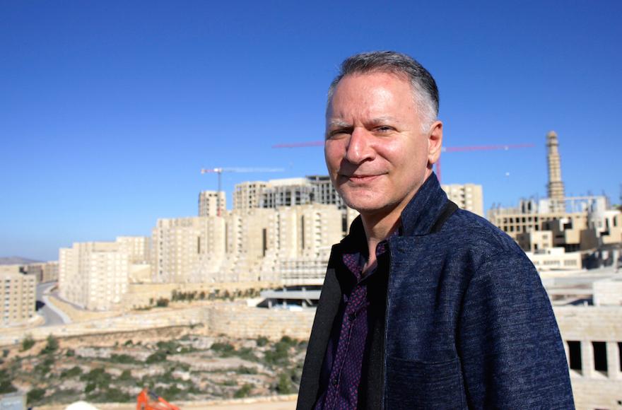 Bashar Masri est l'homme qui a développé Rawabi, la première ville planifiée palestinienne. (crédit : Yardena Schwartz/JTA)