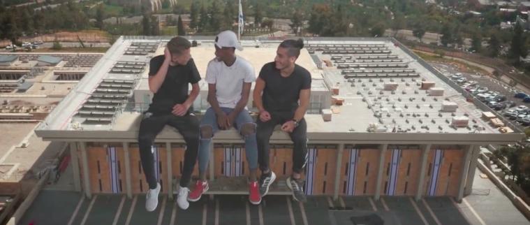 Des ados 'sur' le toit de la Knesset, dans une vidéo du festival de Mekudeshet rendant hommage à Jérusalem, publiée pour Yom Yeroushalayim, le 24 mai 2017. (Crédit: Mekudeshet)