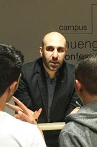 Ahmad Mansour en pleine conférence au Campus Muengersdorf University. (Crédit : Marc Neugroeschel/Times of Israel)